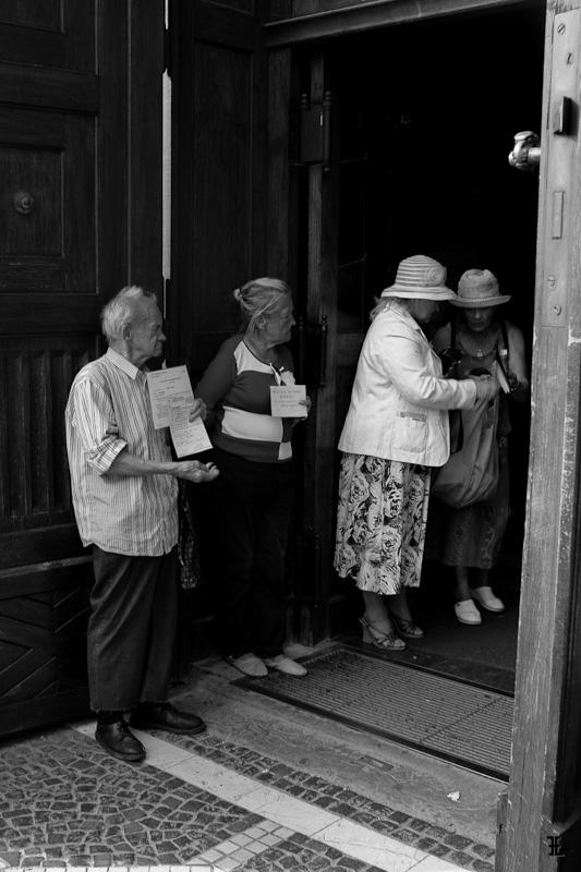 Przy wejściu do kościoła