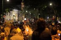 Tłum przed Kurią Biskupią